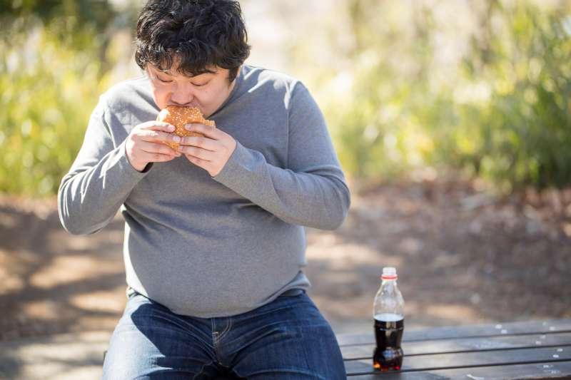 不良的飲食習慣,會讓負責消化的脾胃功能受到影響,進而導致多餘水液滯留於體內,讓身體出現水患。(示意圖非本人/つるたま@pakutaso)