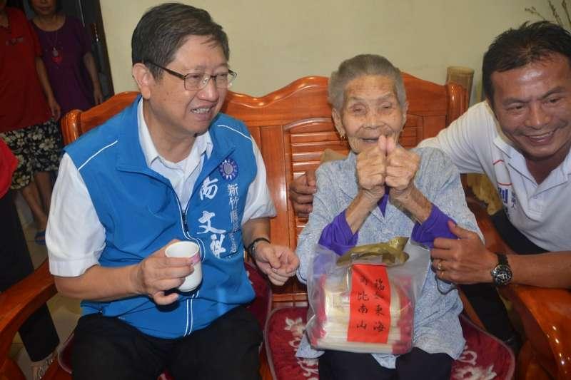 新竹縣長候選人楊文科拜訪竹縣最高齡111歲人瑞曾彭尾妹。(圖/楊文科競選總部提供)
