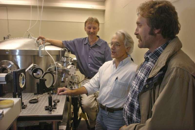 法國科學家穆胡(Gérard Mourou,圖中)和加拿大科學家史崔克蘭(Donna Strickland)以「啁啾脈衝放大」獲獎。(美聯社)