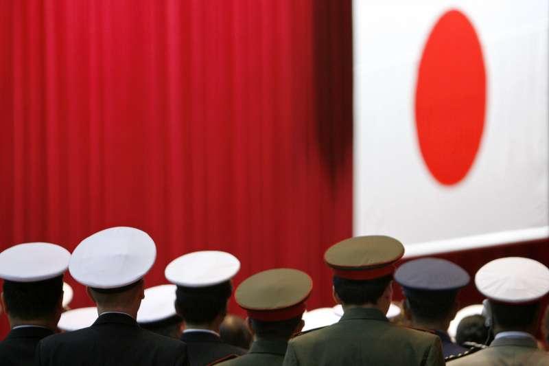 作者認為,當今日本社會隨時可能「倒退嚕」,回到過去的氛圍與離譜行徑,圖為日本防衛大學畢業禮上奏唱國歌「君之代」。(圖/CUP提供)