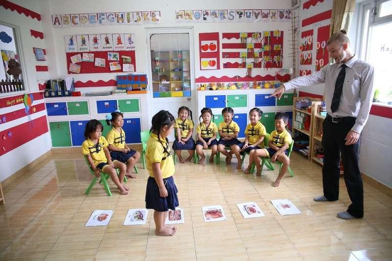 在亞洲,學校聘請外籍英語教師很常見,但這些教師的質素良莠不齊:因為聘僱人員只看外表,「白臉」才是首要標準。(示意圖非本人/NgoHuuMoi@pixabay)