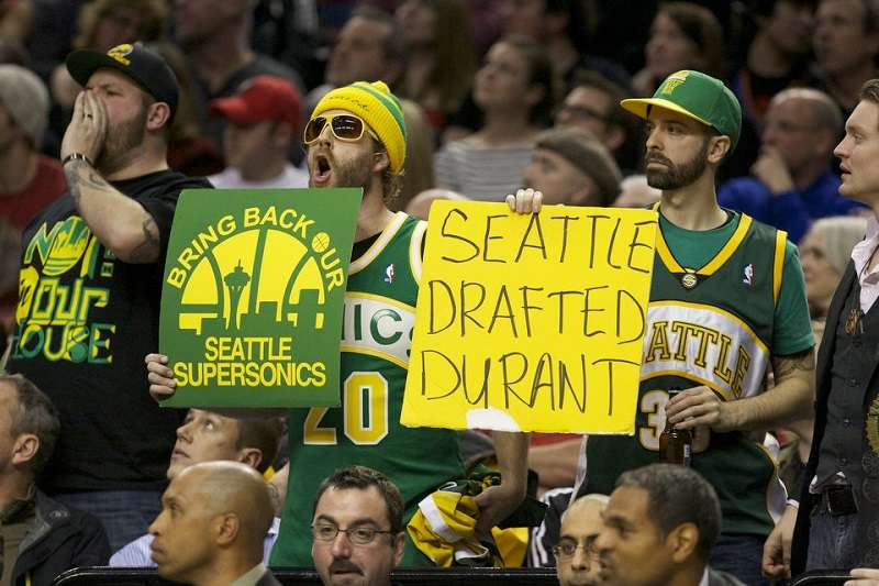 即使超音速搬遷至奧克拉荷馬州,隊名也跟著改變,不過西雅圖仍然希望NBA能有球隊落腳西雅圖,當球迷聽到WWE選手Elias對此嗤之以鼻,隨即報以大量的噓聲。 (圖片取自The NBA Dribbled Out網站)
