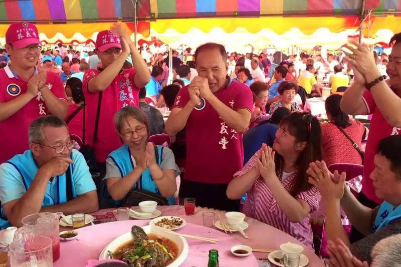 氣勢上升的林義豐(左三)能否再上層樓,成為台南選情熱議談資。(林義豐提供)