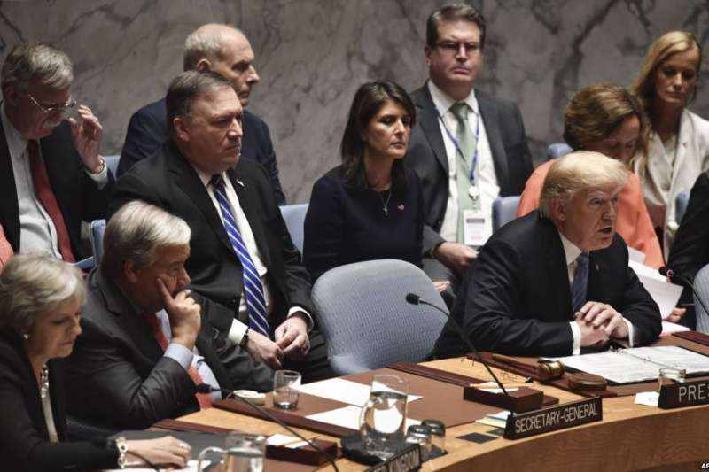 2018年9月26日美國總統川普等高官在紐約聯合國總部的聯合國安理會會議上。他左側是聯合國秘書長安東尼奧·古特雷斯。(美國之音)