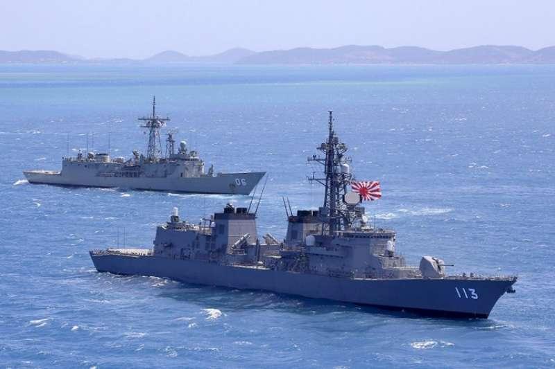 日本海上自衛隊的漣號護衛艦(舷號113)與澳洲皇家海軍的巡防艦紐卡索艦(HMAS Newcastle,舷號06)正在共同演練。(澳洲皇家海軍官網)