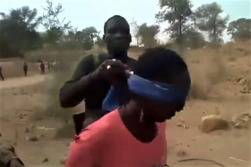 7 月時在非洲發生了一起駭人聽聞的殘殺平民事件,BBC 根據影片內容抽絲剝繭找出真兇。(圖/翻攝自 BBC 推特,智慧機器人網提供)