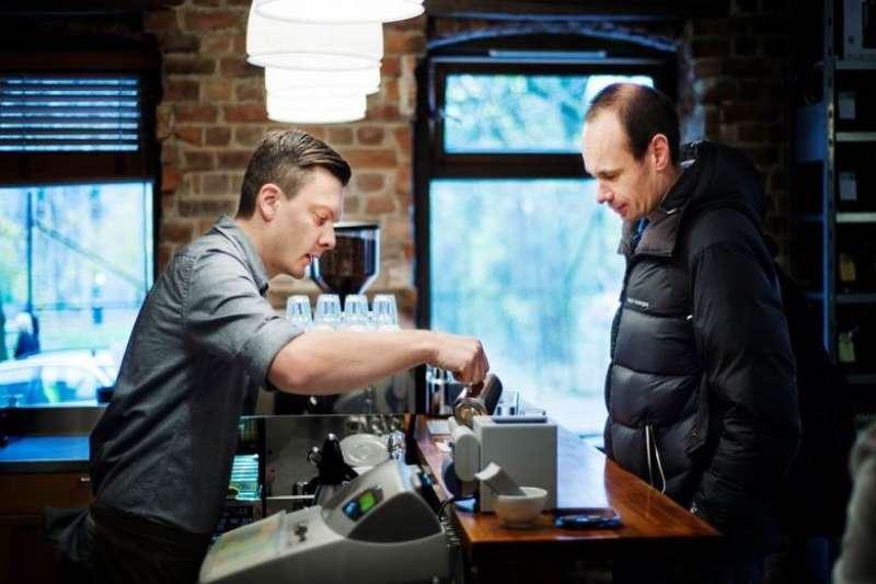 左為挪威的世界咖啡師冠軍及歐洲最佳烘豆大師溫岱保(Tim Wendelbooe)(圖/食力foodNEXT)