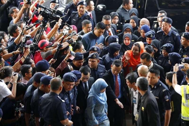 2018年10月4日,遭馬來西亞反貪會逮捕的納吉夫人羅斯瑪出庭,遭媒體團團包圍。(AP)