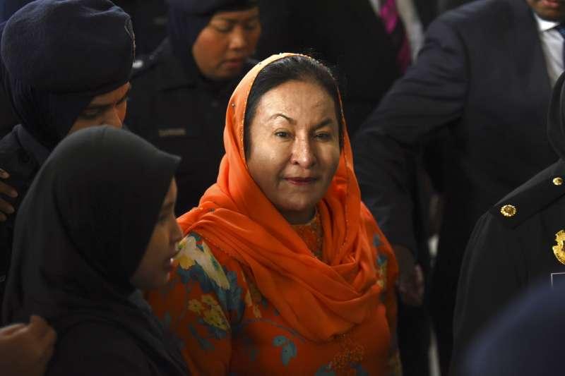 2018年10月4日,遭馬來西亞反貪會逮捕的納吉夫人羅斯瑪出庭,遭控17項罪名。(AP)