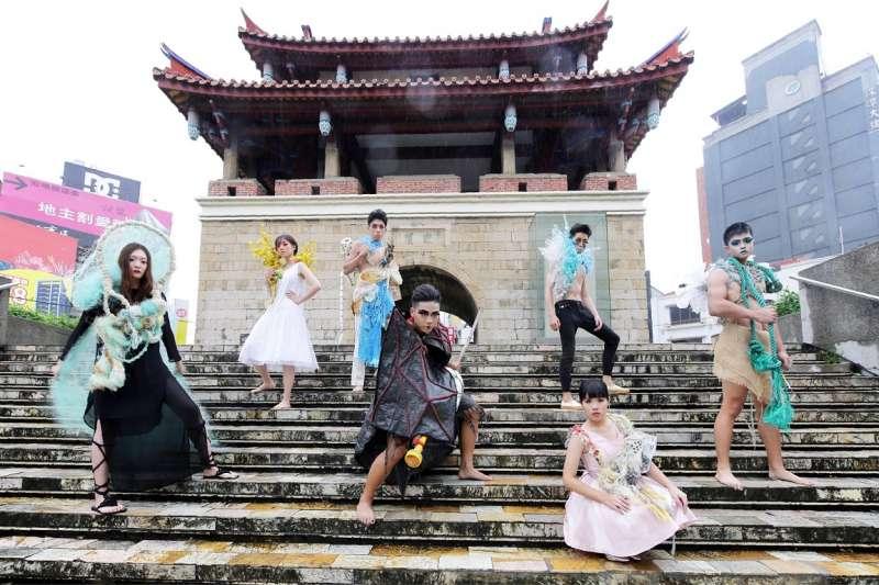 清大藝術設計系師生冒著細雨,在「新竹之心」隨音樂走起專業台步。(圖/台積電文教基金會提供)