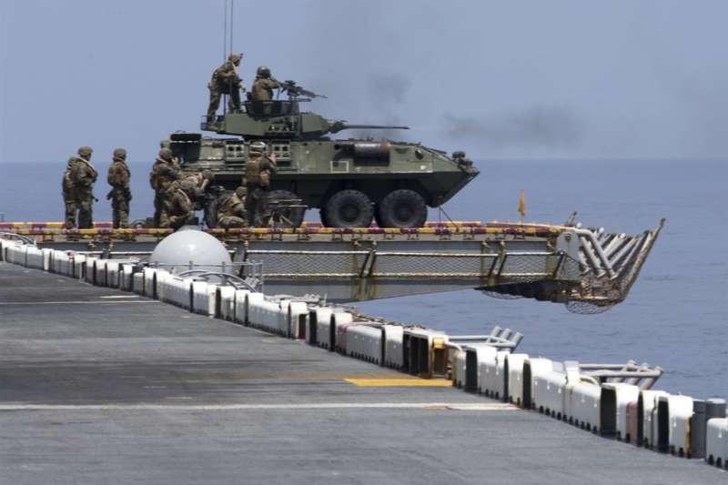 美國海軍研擬11月派遣艦機通過台灣海峽及南海進行演習,透過「秀肌肉」警告中國。 (美軍太平洋艦隊推特)