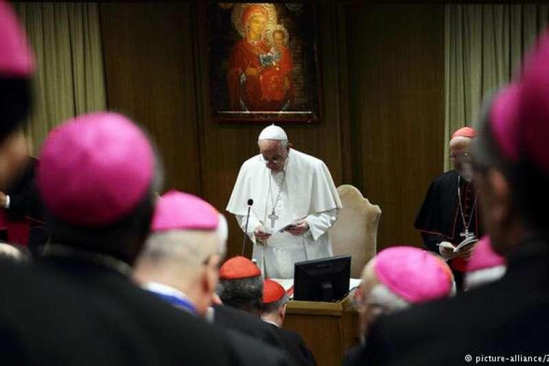 教宗方濟各出席主教會議。(德國之聲)