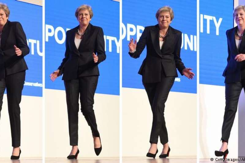 在《Dancing Queen》的樂曲聲中,英國首相梅伊踩著舞步登上演講台。(德國之聲)