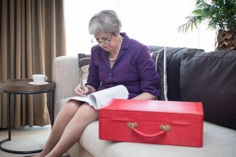 英國首相梅伊在保守黨年會閉幕式講話前潤色講稿,字斟句酌。(BBC中文網)