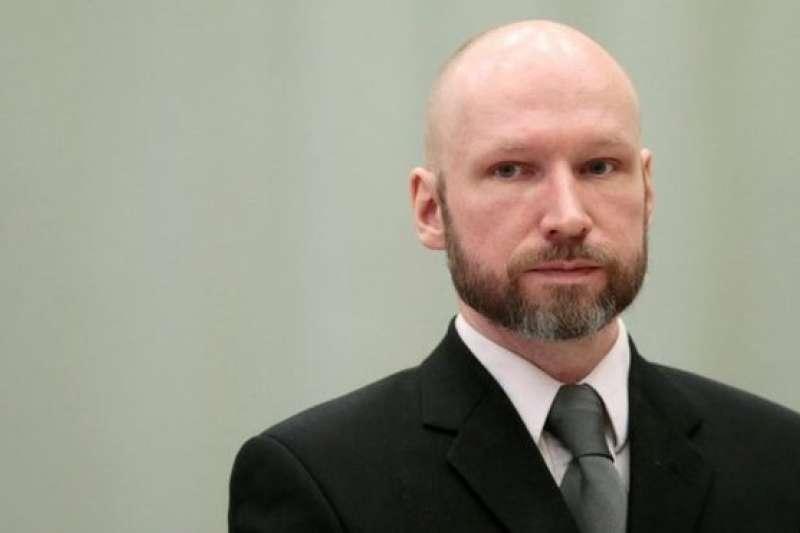 布雷維克2011年7月發動恐怖襲擊,殺死77人。入獄後不久提出上大學申請。(BBC中文網)