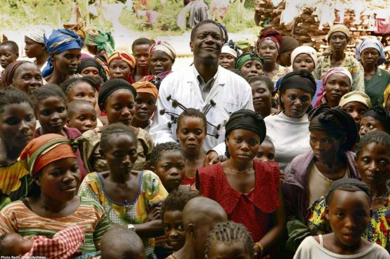 2018年諾貝爾和平獎得主:慕克維格(Denis Mukwege)(中)。(諾貝爾獎)