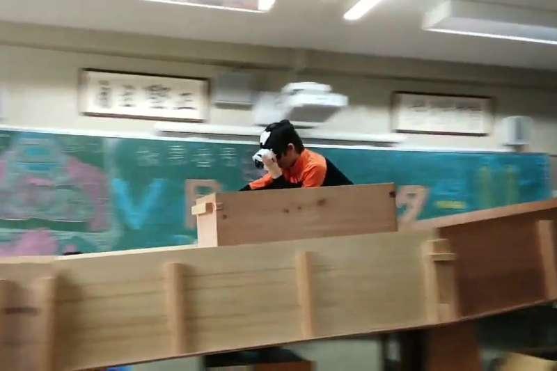 台灣國中生園遊會通常都擺攤賣吃的,或是簡單夜市小遊戲,但日本一所國中的文化祭竟出現超狂「VR雲霄飛車」,木造列車、軌道和虛擬畫面,全都是學生純手工自己設計出來的。(圖/翻攝自ねとらぼ,智慧機器人網提供)