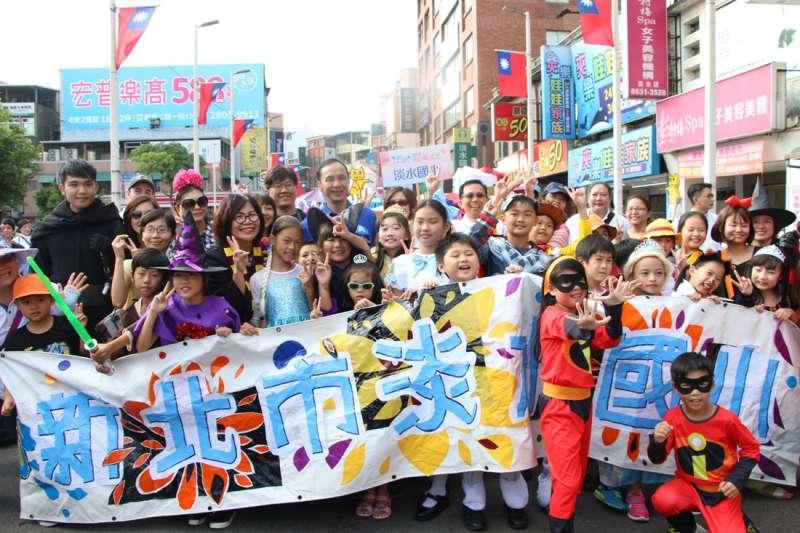 朱立倫(中)出席「輕軌領航遊淡水」踩街活動與民眾一起歡樂互動。(圖/新北市文化局提供)