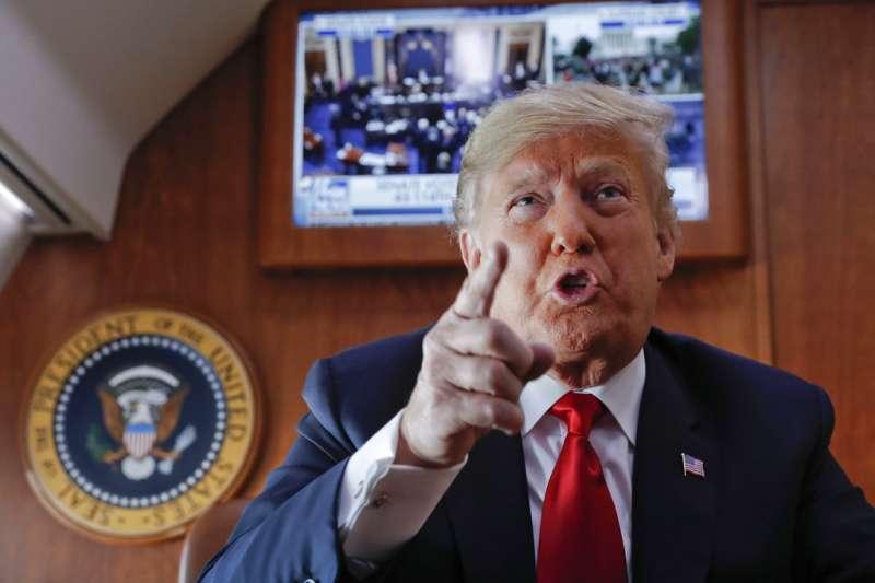 2018年10月6日,美國總統川普在空軍一號上觀看大法官卡瓦諾任命案,與記者談話。(AP)