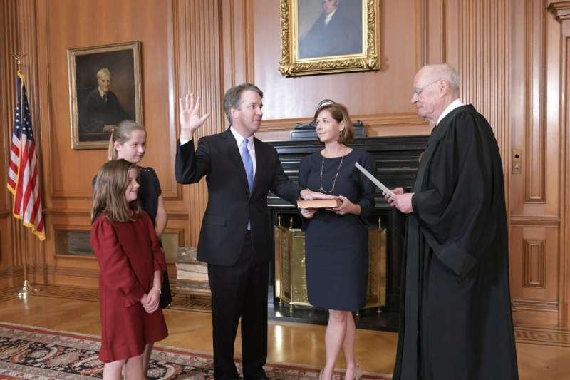 2018年10月6日,美國聯邦最高法院新科大法官卡瓦諾(Brett Kavanaugh)宣誓就職。(AP)