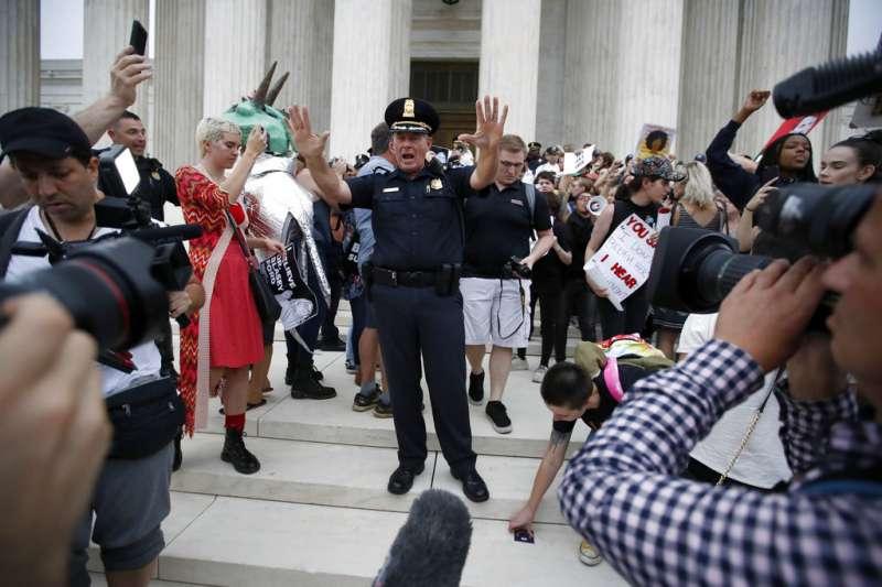 2018年10月6日,美國聯邦最高法院大法官卡瓦諾(Brett Kavanaugh)任命案通過,群眾在聯邦最高法院抗議。(AP)