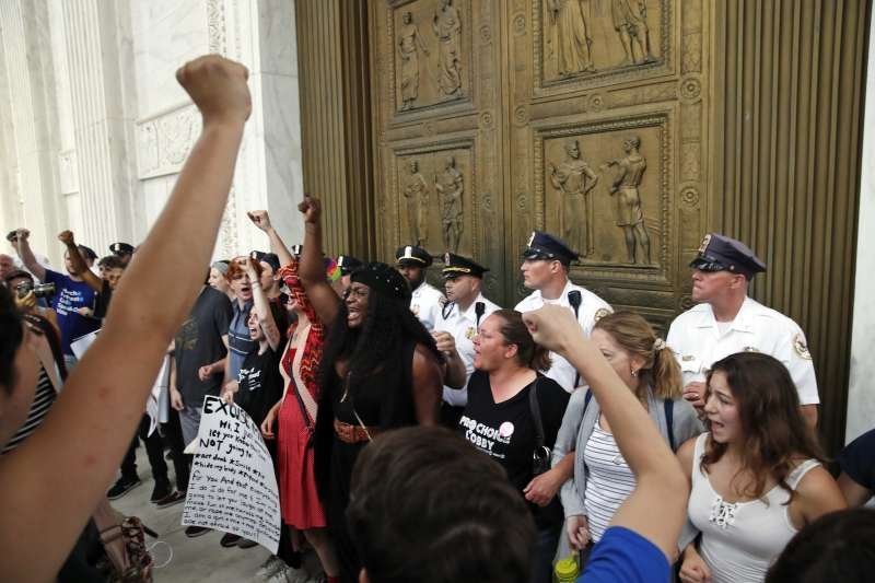 2018年10月6日,在抗議浪潮之中,美國聯邦參議院投票通過聯邦最高法院大法官卡瓦諾(Brett Kavanaugh)任命案(AP)