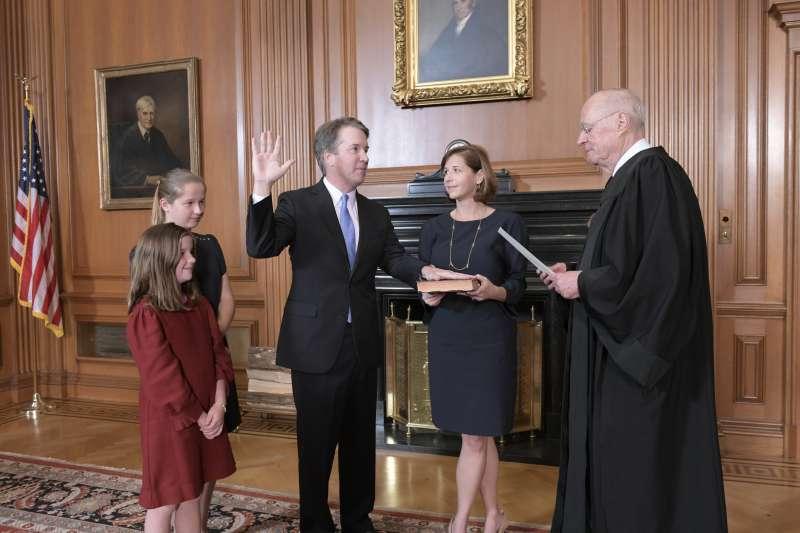2018年10月6日,美國聯邦參議院投票通過聯邦最高法院大法官卡瓦諾(Brett Kavanaugh)任命案,卡瓦諾隨即宣誓就職(AP)