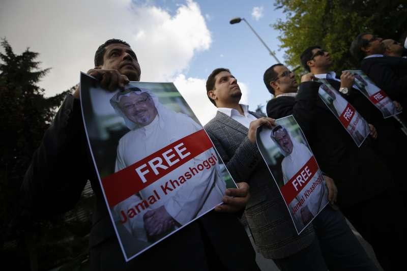 沙烏地阿拉伯知名異議記者哈紹吉2日進入沙國駐土耳其伊斯坦堡領事館後離奇失蹤,人們5日在領事館外面聲援哈紹吉(美聯社)