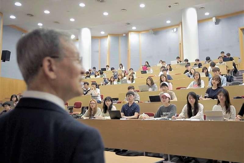 在韓國即使拼上好大學,也不能保證未來會有好工作。大學內的競爭比聯考更恐怖啊!(圖/Seoul National University@facebook)