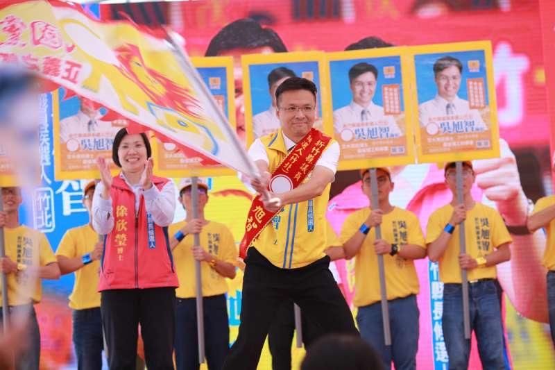 在吳爸爸及學姊徐欣瑩的鼓勵下,吳旭智未來要讓竹北升級、城市進化!(圖/吳旭智總部提供)