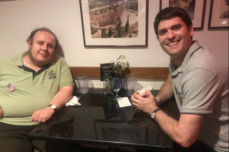 普魯特(Steven Pruitt)(左)接受作家哈里森(Stephen Harrison)(右)訪問,貌不驚人的他竟是全世界最多產的維基人。(取自推特)