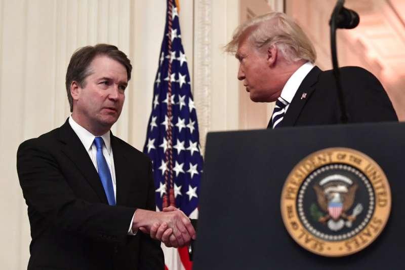 2018年10月8日,身陷性侵醜聞的卡瓦諾就任美國聯邦最高法院大法官(左),與美國總統川普(右)握手。(AP)