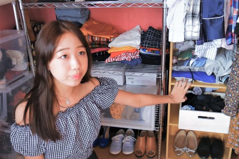 檢視一下你的衣櫃,是否有滿滿捨不得丟的舊衣?或是「某一天在某個場合也許穿得上」的華麗衣服?結果,年復一年,這些衣服甚至連吊牌都沒拆。(圖/取自youtube)