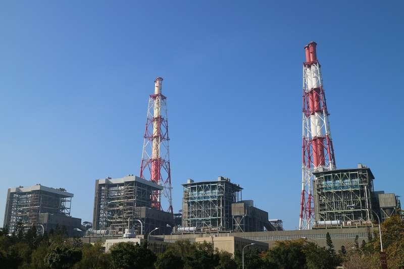 高雄市興達發電廠四部燃煤發電機組鍋爐房外觀及煙囪。(取自Eric Deng@wikipedia/CC BY-SA 4.0)