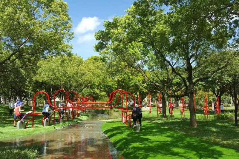 台北市政府與大安森林公園之友基金會合作,在大安森林公園設置活水飛輪園區,吸引民眾體驗。(圖/取自台北市政府)
