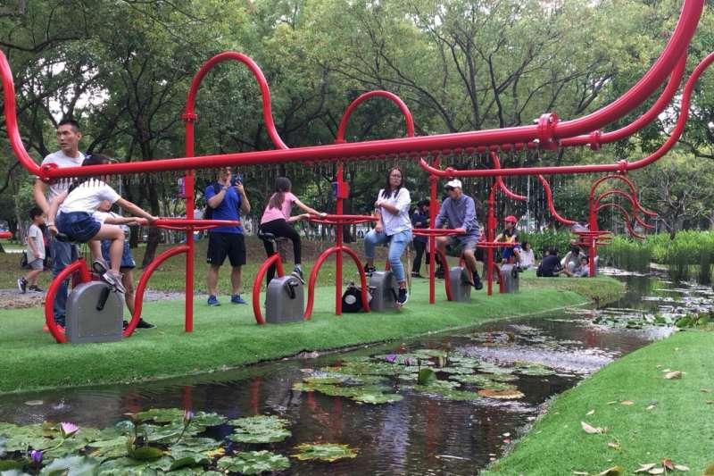 20181009-台北市政府與大安森林公園之友基金會合作,在大安森林公園設置活水飛輪園區,吸引民眾體驗。(圖/取自台北市政府)