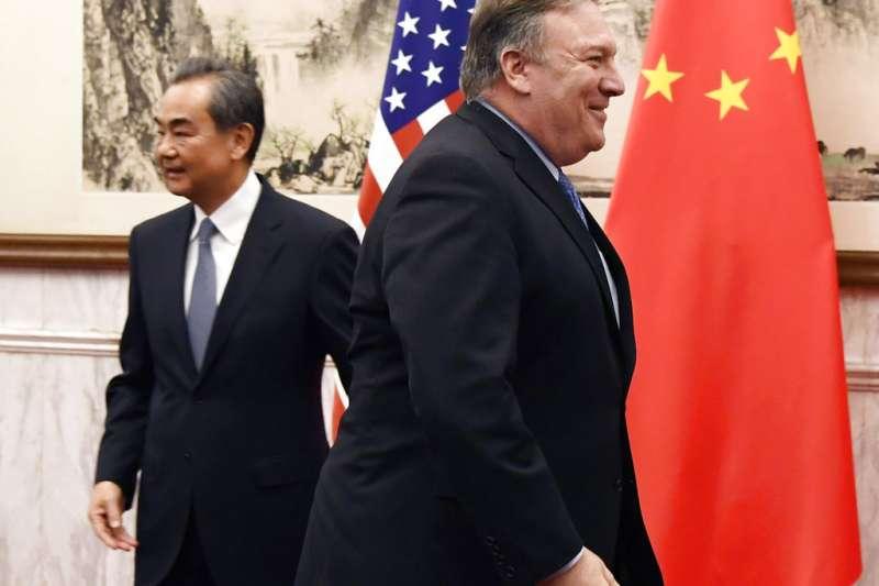 美國國務卿龐畢歐與中國外交部長王毅。(美聯社)