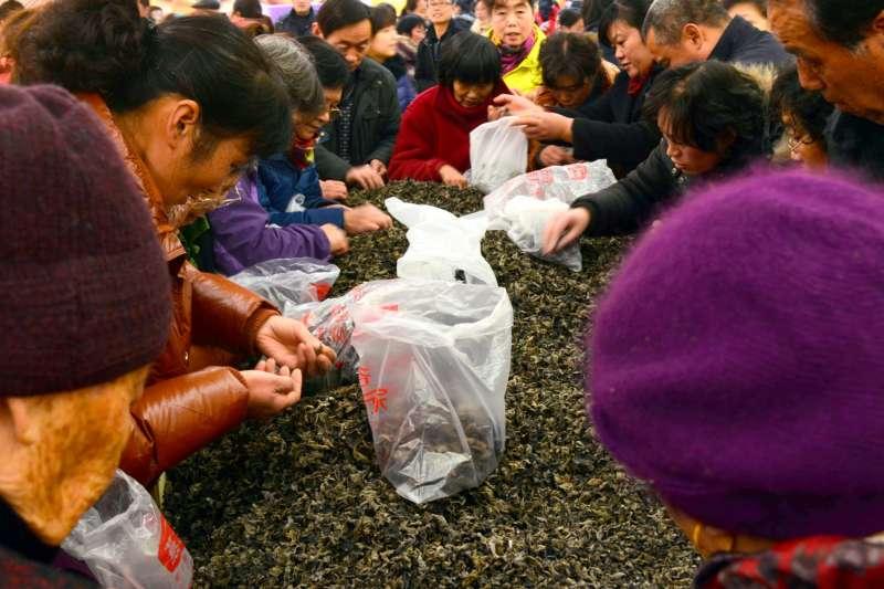 日前一位中國代購女子為了搶美國某家好市多的減價名牌外套,推倒貨架,整個人撲上去佔領全部外套,場面難看引人側目…(示意圖,非當事人)(圖/Public Domain Pictures)