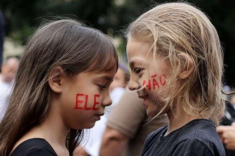 百萬巴西女性在總統大選期間,高舉#EleNão 標牌走上街頭,呼籲反對博索納羅(Jair Bolsonaro)。(圖/澎湃新聞)
