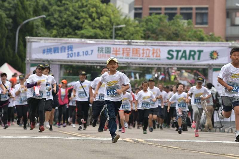桃園日月光半程馬拉松將近8000人參加,不少員工全家出動,小朋友一馬當先。(日月光提供)