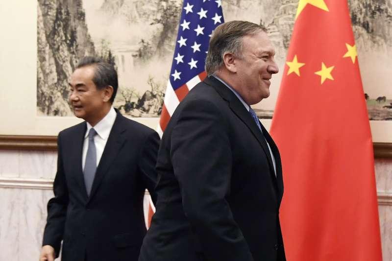2018年10月8日,美國國務卿龐畢歐抵達北京與中國外長王毅會面(AP)