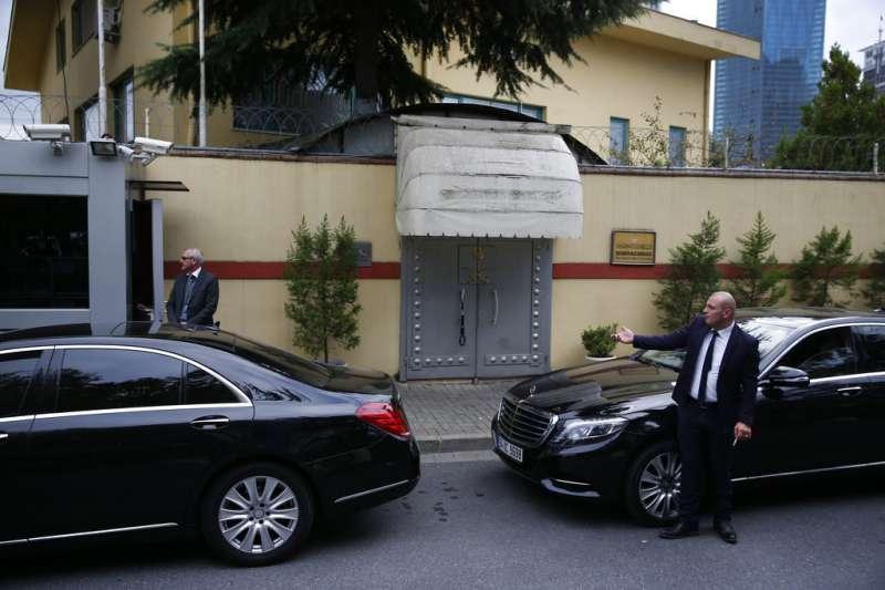2018年10月9日,沙烏地阿拉伯知名記者哈紹吉進入沙國駐伊斯坦堡領事館的門,現由警衛守護。(AP)