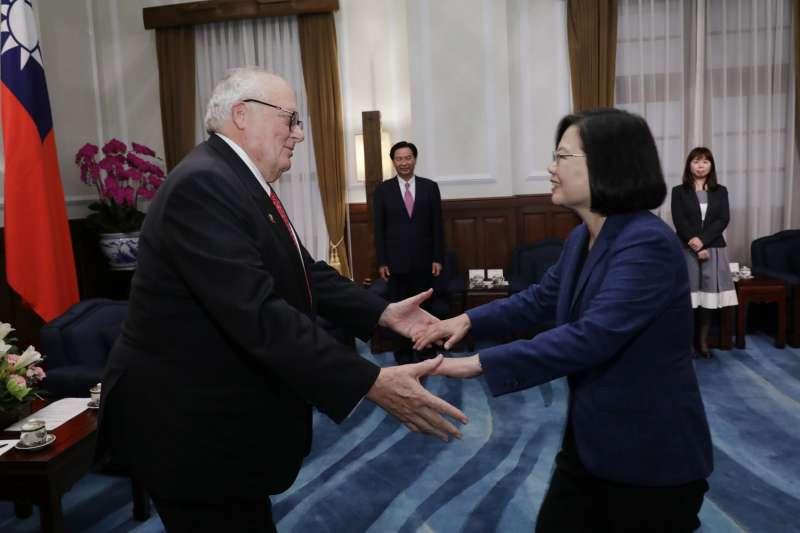 2018年10月10日,蔡英文總統接見「美國傳統基金會」創辦人佛訥(Edwin J. Feulner, Jr.)博士(總統府)