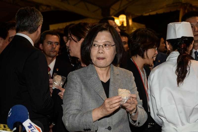20181010-國慶酒會,總統蔡英文準備品嘗花生捲冰淇淋。(甘岱民攝)