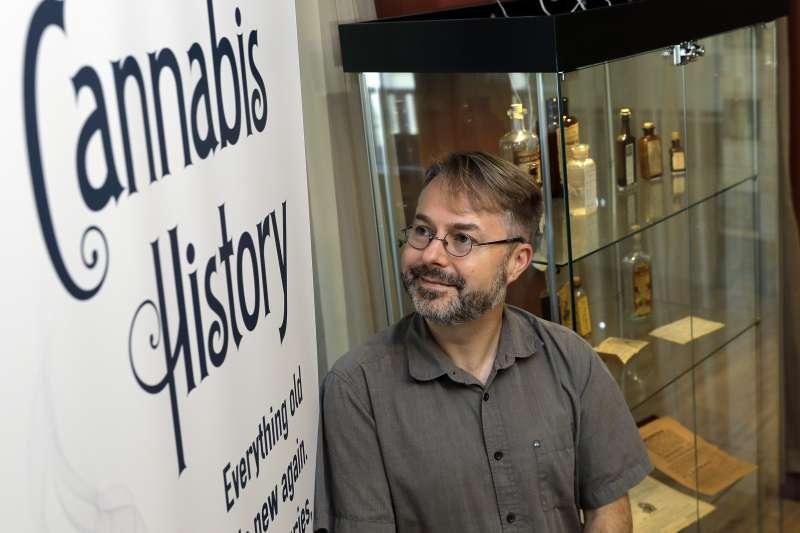 在加拿大卑詩省經營藥局的克萊(Chris Clay)擔心申請不到販售大麻的執照。(美聯社)