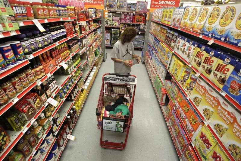 丹麥計畫在食物包裝貼上氣候標示,讓民眾知道所買產品是否環保。圖為民眾在超市購物(AP)