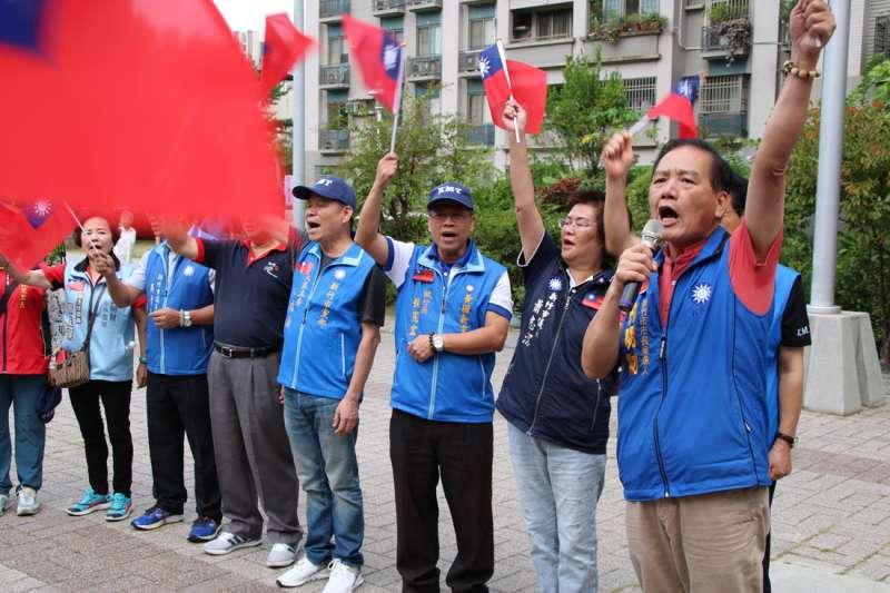 許明財(右一)帶頭高喊中華民國生日快樂。(圖/許明財總部提供)