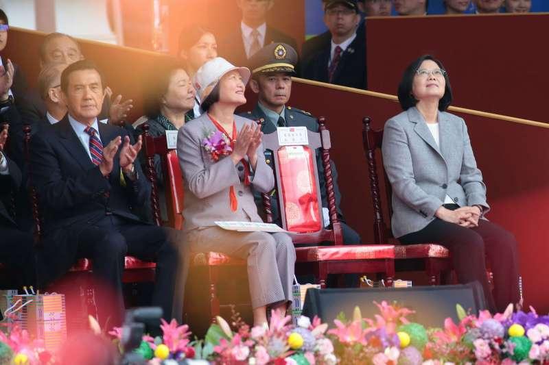 20181010- 2018年中華民國國慶大典10日上午於總統府前登場。總統蔡英文入座。前排由右至左依序為:總統蔡英文、蘇嘉全的夫人洪恆珠、以及前總統馬英九。(顏麟宇攝)