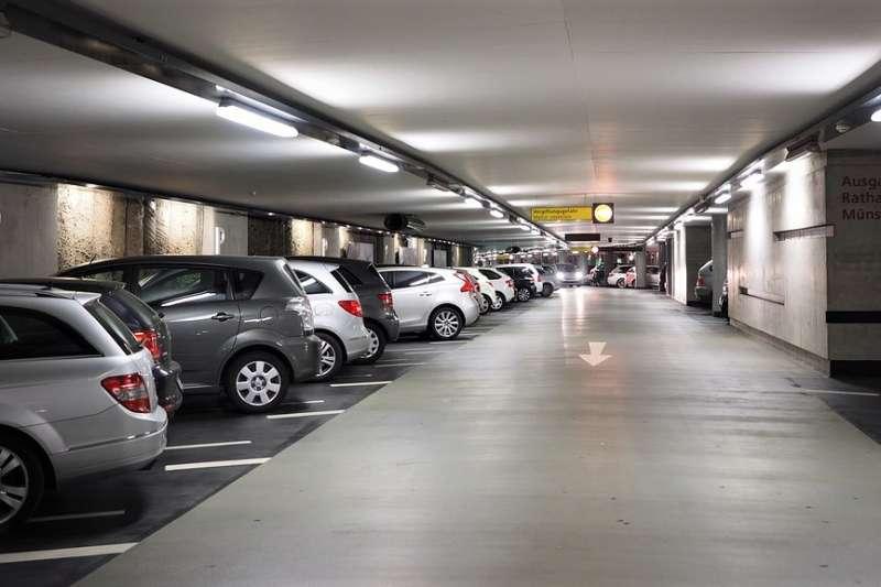 你也常遇到開車繞來繞去找不到停車位的困擾嗎?「北市好停車APP」預計年底前可查4000格車位資訊,可能會成為許多人的一大救星!(圖/pixabay)