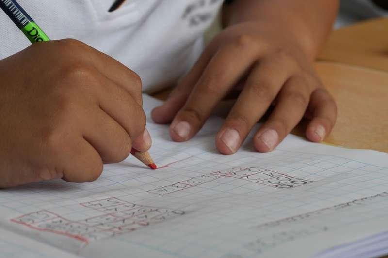 2018-10-11很多小孩會上補習班,但卻沒有時間完成作業,課內作業反而都是用抄的(取自pixabay)